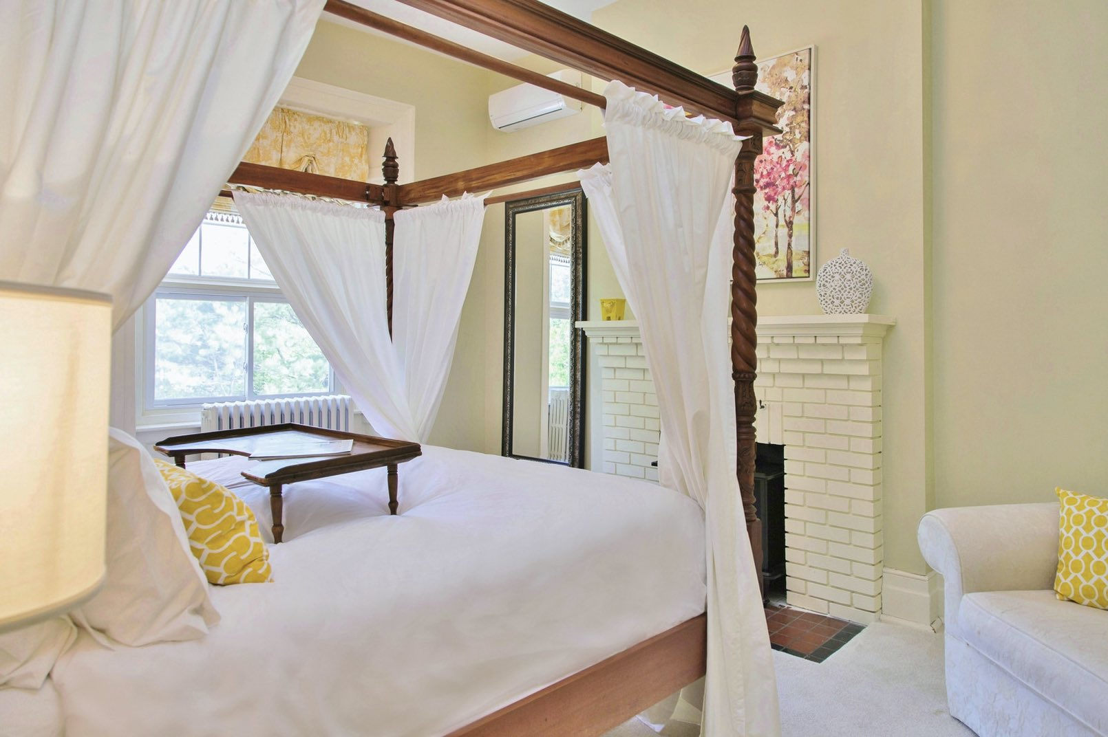 MFI All Suites Whitney Manor boutique hotels in Kingston fourposter bed